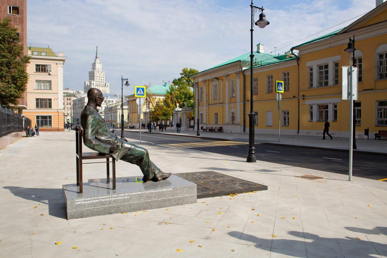 Monumento all'architetto francese Le Corbusier di fronte a Rosstat. Mosca